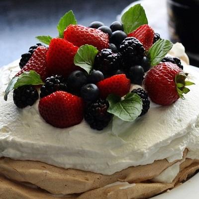 holiday desserts fruit pavlova
